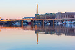 Eine Ansicht vom Ost-Potomac-Park auf dem Nationaldenkmal-, Brücke und Laufplanke-Jachthafen im Frühjahr Lizenzfreies Stockfoto