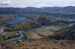 Eine Ansicht vom Remarkables an der Landschaft mit dem Kawarau-Fluss nahe Queenstown in Neuseeland stockfotos