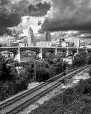 Eine Ansicht von Cleveland über den Ebenen, die auf die Skyline schauen - CLEVELAND - OHIO - USA lizenzfreie stockfotografie