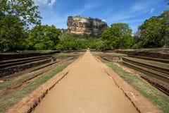 Eine Ansicht von den königlichen Gärten vom Westeingang, der in Richtung Sigiriya-Felsens in Sri Lanka blickt stockbilder