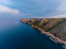 Eine Ansicht von der Luft zur Küste und vom Meer nahe der Stadt von Denia Bezirk von Valencia, Frühling in Spanien stockbilder