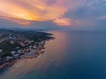 Eine Ansicht von der Luft zur Küste und vom Meer nahe der Stadt von Denia Bezirk von Valencia, Frühling in Spanien stockfotografie