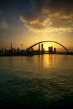 Eine Ansicht von Dubai-Kanal und von Dubai-Skylinen lizenzfreies stockfoto