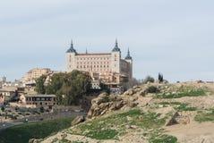 Eine Ansicht von einem Berg zu einem Schloss von Toledo Stockfotos