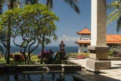 Eine Ansicht von einem Ozean oder von Meer von einem tropischen Garten, der hervorhebt Stockbilder