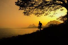 eine Ansicht von einem See mit einem Sonnenunterganghintergrund Lizenzfreies Stockbild