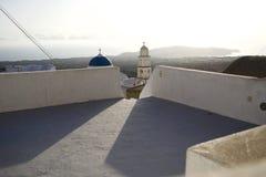 Eine Ansicht von einer Dachspitze in Santorini Griechenland lizenzfreie stockfotos