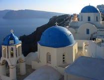 Eine Ansicht von einigen der berühmten Kirchen in Oia, Santorini, Griechenland stockfotos