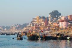 Eine Ansicht von heiligen ghats von Varanasi mit einem Schiffersegeln lizenzfreie stockfotos