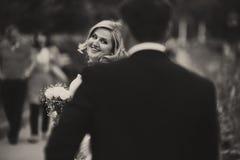 Eine Ansicht von hinten die Rückseite des Bräutigams auf einer erstaunlichen blonden Braut Lizenzfreies Stockfoto