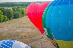 Eine Ansicht von Hoch oben - landsacape wenig Stadt und das horisont Ballonfahrt Korb 1000 Meter Spaß, romantischen Flug haben Lizenzfreie Stockfotografie
