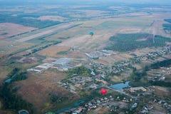 Eine Ansicht von Hoch oben - landsacape wenig Stadt und das horisont Ballonfahrt Korb 1000 Meter Spaß, romantischen Flug haben Stockbilder
