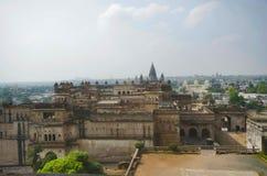 Eine Ansicht von Jahangir Mahal, der Orccha-Stadt übersieht Orchha Madhya Pradesh lizenzfreie stockfotos