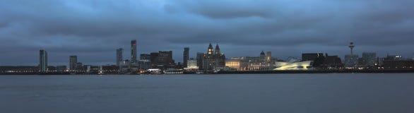 Eine Ansicht von Liverpool und von Mersey-Fluss nachts lizenzfreie stockfotos