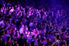 Eine Ansicht von oben genanntem von den Leuten, die in einem Konzert an der Razzmatazzdiskothek klatschen stockfoto