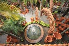 Eine Ansicht von oben genanntem zum Brunnen und zu den Töpfen im tropischen botanischen Garten Nong Nooch nahe Pattaya-Stadt in T Stockfotos