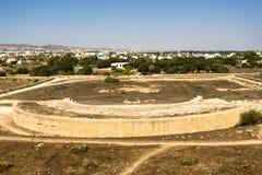 Eine Ansicht von Odeon-Amphitheatre vom Hügel in archäologischem Park Paphos, Zypern stockfotografie