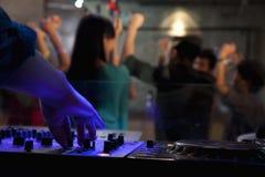 Eine Ansicht von Plattform DJ eines Mengentanzens im Nachtklub, Stockfotografie
