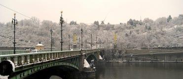 Eine Ansicht von Prag an einem schneebedeckten Tag lizenzfreie stockfotografie
