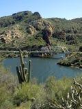 Eine Ansicht von schönem Apache See in Arizona mit einer kleinen Brücke im Rahmen pier stockbild