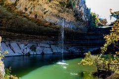 Eine Ansicht von schönem Hamilton Pool, Texas mit Wasserfall Lizenzfreies Stockbild