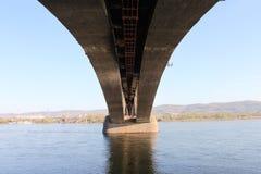 Eine Ansicht von unten der Kommunalbrücke über dem Jenissei an einem heißen sonnigen Tag in Krasnojarsk-Stadt in Russland Lizenzfreie Stockfotografie