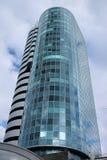 Eine Ansicht von unten des schönen mehrstöckigen widergespiegelten Gebäudes des Kobra-Geschäftszentrums auf dem Hintergrund des d Stockfotos