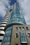 Eine Ansicht von unten des schönen mehrstöckigen widergespiegelten Gebäudes von Lizenzfreie Stockbilder
