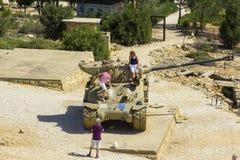 Eine Ansicht von weggeworfenen Sherman Tank auf HarAdar-Radar-Hügel Monum lizenzfreie stockfotos