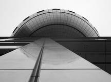 Eine Ansicht zeigt von unterhalb die Seite eines Gebäudes und der Reflexion Stockfotos