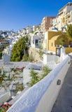 Eine Ansicht zu Fira, Santorini, Griechenland Lizenzfreie Stockfotos