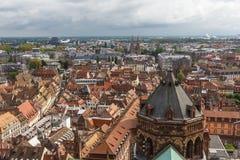 Eine Ansicht zur alten Stadt von der Kathedrale von Straßburg Lizenzfreie Stockfotos