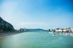 Eine Ansicht zur Donau, zu den Schiffen und zu den Dämmen von einer Brücke von Budapest in der Mitte der Stadt Lizenzfreies Stockbild