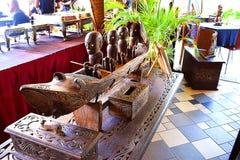 Eine antike Tabelle bei einer des berühmten Restaurants in Kuching, Sarawak stockfotos