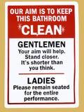 Eine Anweisung unterzeichnen herein eine öffentliche Toilette, die wie man das Badezimmer sauber rät, hält stockfotos