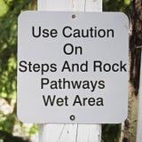 Eine Anwendungsvorsicht auf Schritten und Felsenbahnen unterzeichnen Stockfoto
