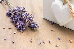 Eine Anzeige des getrockneten Lavendels mit hölzernem Herzen Stockfotos