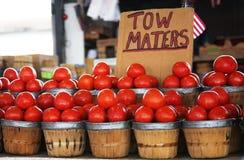Eine Anzeige von Körben von Tomaten Stockfotografie