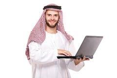 Eine arabische Person, die an Laptop arbeitet stockbilder