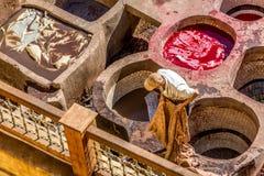 Eine Arbeitskraft an der Chouara-Gerberei in Fez, Marokko Lizenzfreie Stockfotografie