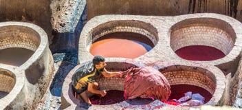 Eine Arbeitskraft an der Chouara-Gerberei in Fez, Marokko Lizenzfreies Stockbild