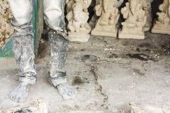 Eine Arbeitskraft, die vor Ganesh-Idolen steht Lizenzfreies Stockfoto