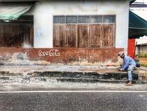 Eine Arbeitskraft an einem Straßenrand lizenzfreie stockfotos