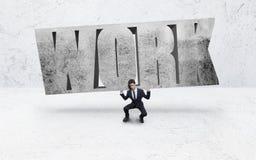 Eine Arbeitskraft mit schwerem Text des Felsens auf seiner Schulter Lizenzfreies Stockbild