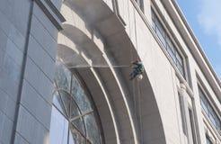 Eine Arbeitskraft wäscht das Gebäude, das in Shanghai gelegen ist Lizenzfreie Stockfotografie