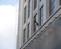 Eine Arbeitskraft wäscht das Gebäude, das in Shanghai gelegen ist Lizenzfreie Stockfotos