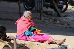 Eine arme alte Dame im Elendsviertel Lizenzfreie Stockfotos