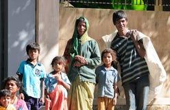 Eine arme Familie im Elendsviertel mit glücklicher Lebensdauer Stockbild