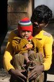 Eine arme Familie im Elendsviertel mit glücklicher Lebensdauer Lizenzfreie Stockbilder