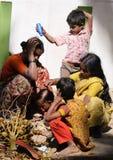 Eine arme Familie im Elendsviertel mit glücklicher Lebensdauer Lizenzfreies Stockbild